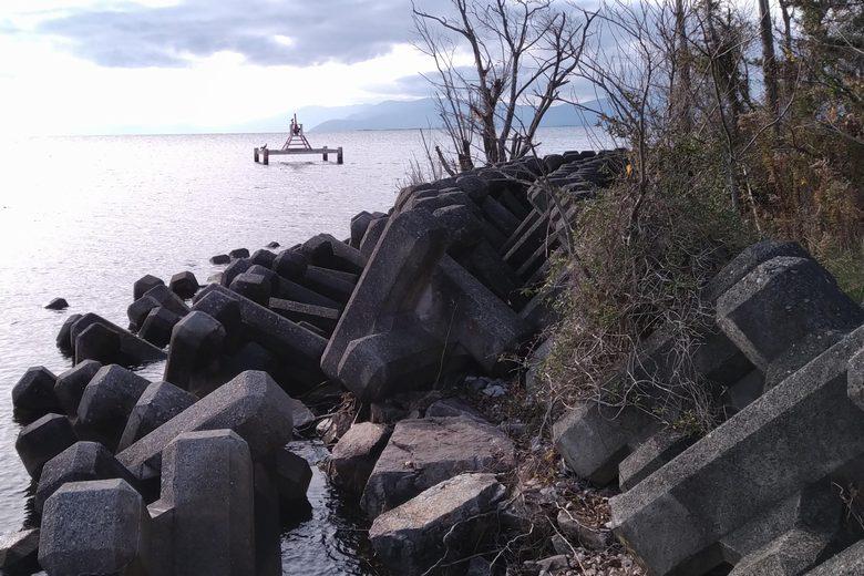 姉川人工河川の近くのテトラブロックと取水塔