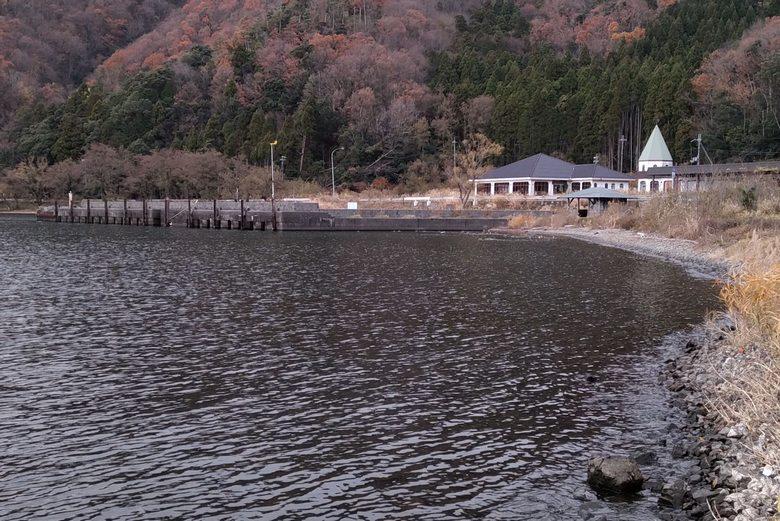 南から見た飯浦漁港