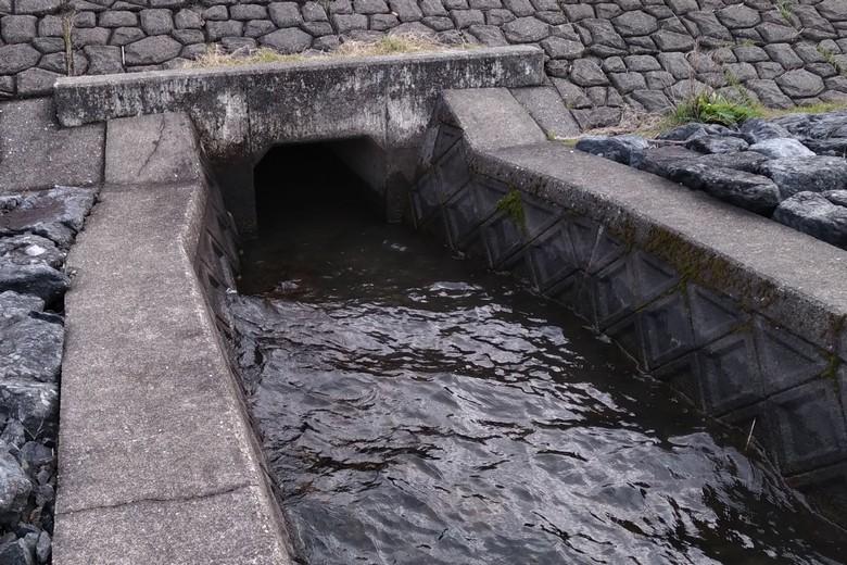 片山の護岸の途中にある水路