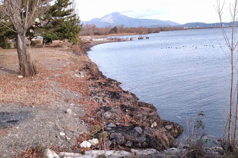 石の入った袋で護岸された南浜水泳場の岸