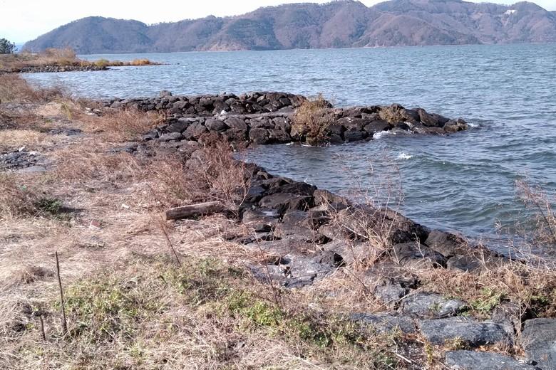 尾上湖岸の石積みと突堤