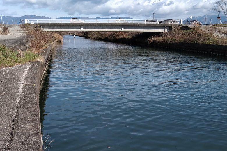 道路から田川の河口への道