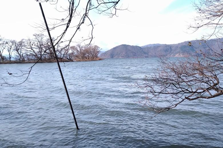 余呉川の河口沖に張り出している岬