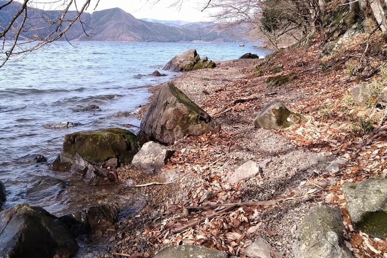西野放水路の北側にある岩のエリア
