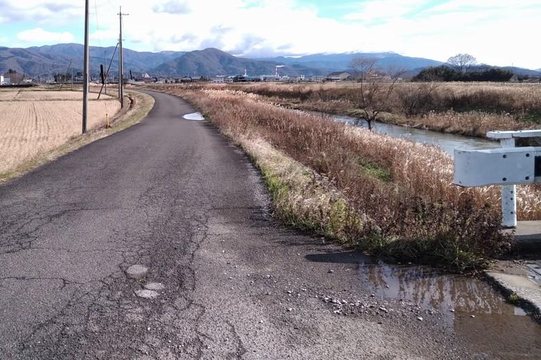 西野放水路の駐車場へ続く道路