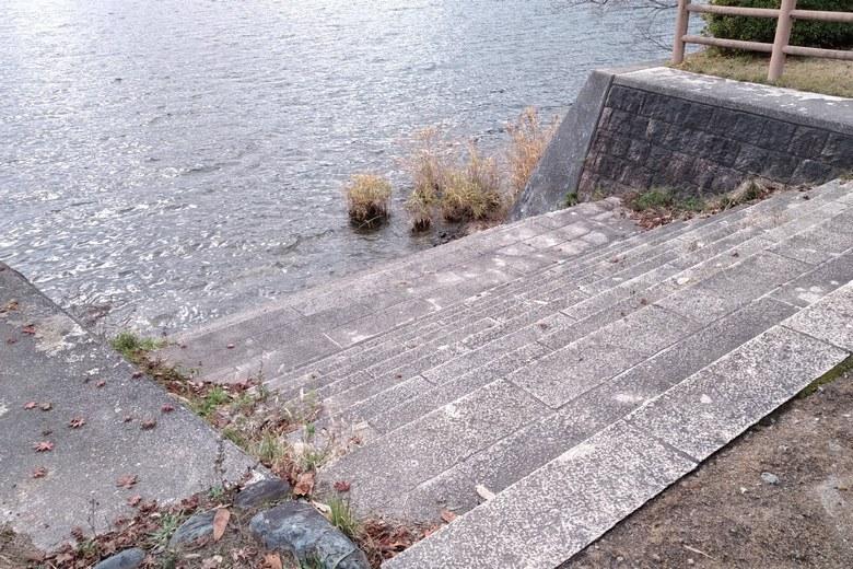 赤崎丸子船パーキングから琵琶湖湖岸に下りる階段