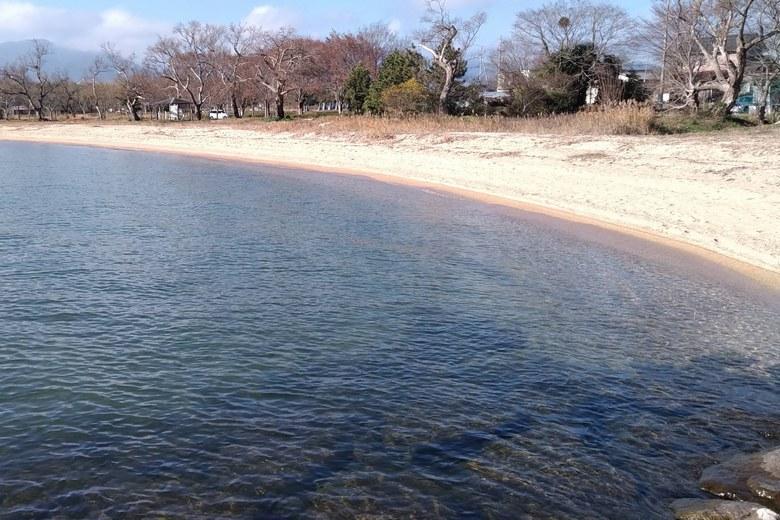 青井川河口の北にある砂浜