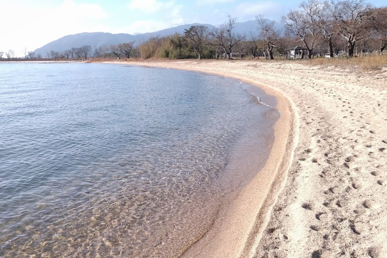 青井川河口の砂浜