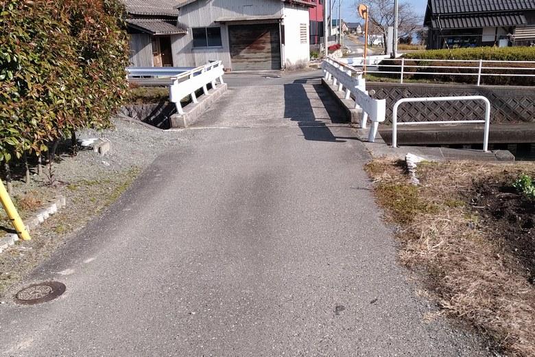 青井川河口の周辺の細い道路