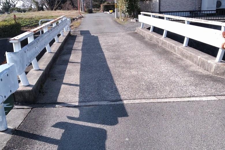 青井川河口を通る道路