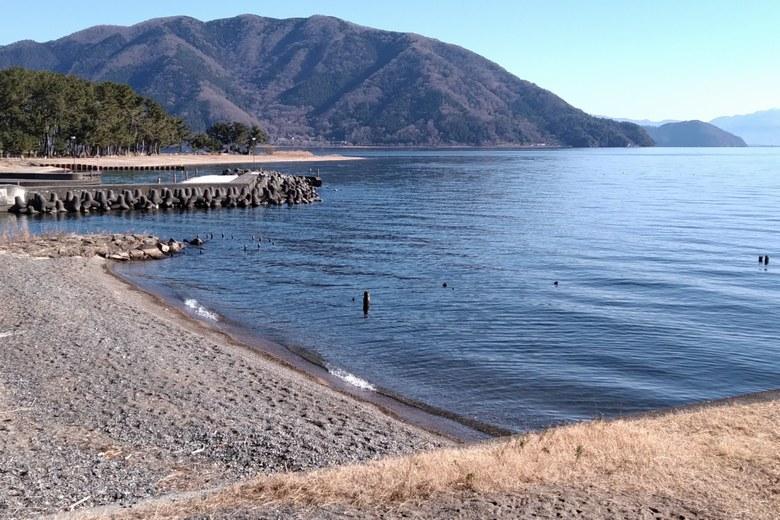 砂利浜と生来川と知内漁港