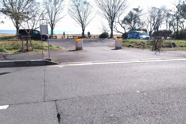 萩の浜の北にある駐車場の入口