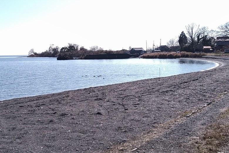 浜分の砂利浜と突き出している石田川河口