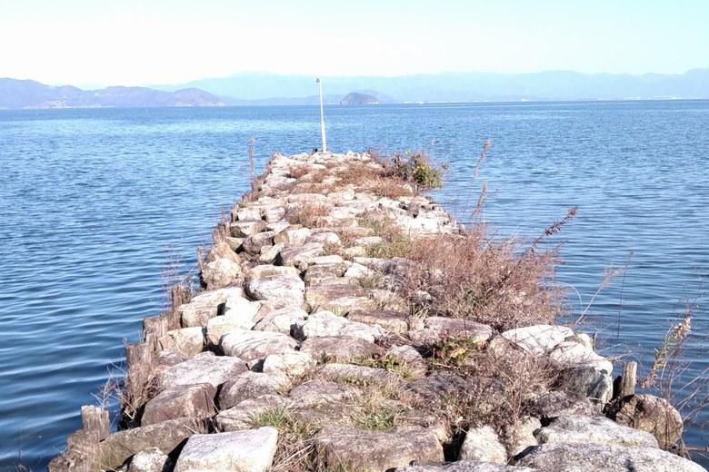 針江浜にある、岩で作られた突堤