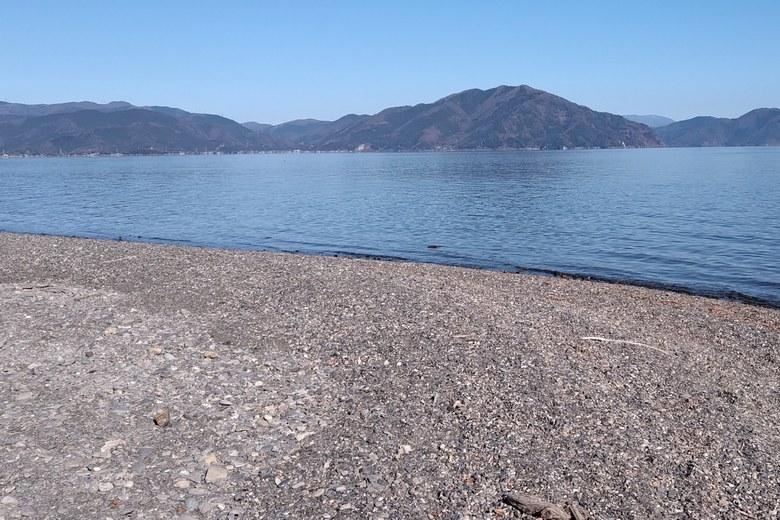 石田川河口の砂利浜