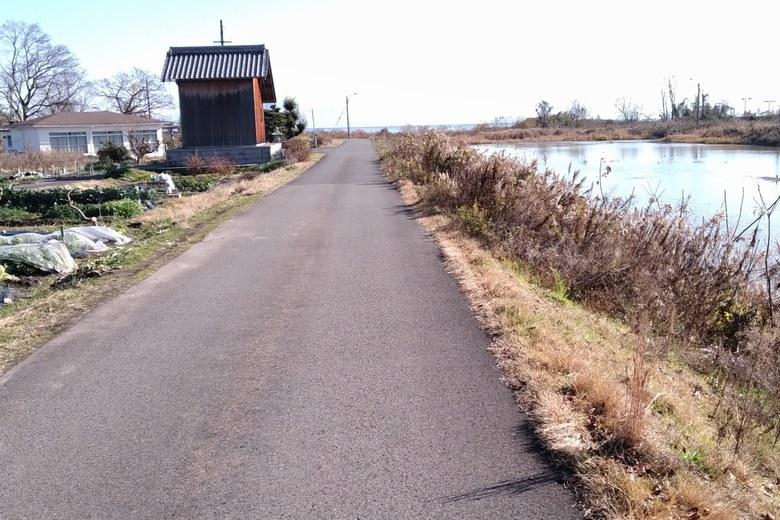 石田川の河口へ行く細い道