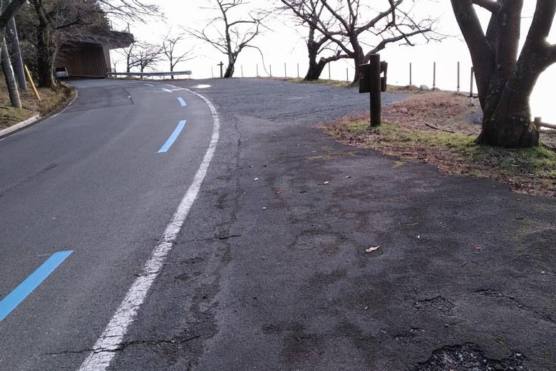湖岸園地の南にある道路わきの駐車スペース