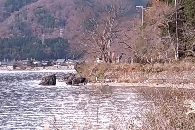 海津ワンドにある義経の隠れ岩