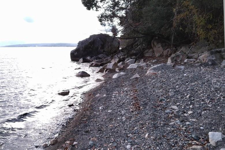 海津大崎の砂利浜と大きい岩