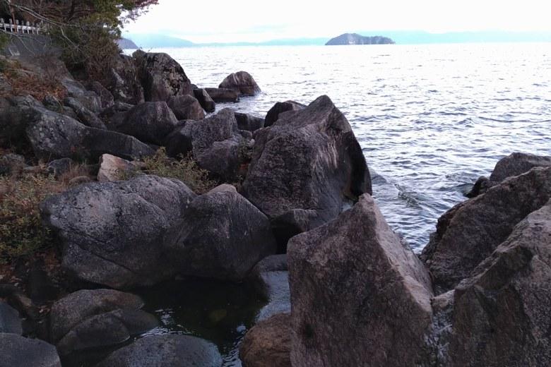 海津大崎の浅瀬にある沢山の大きい岩