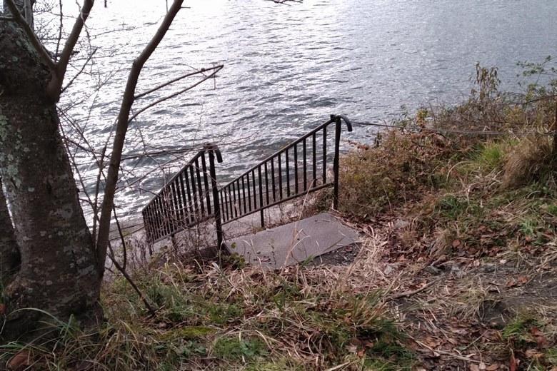海津大崎の護岸エリアに下りる階段