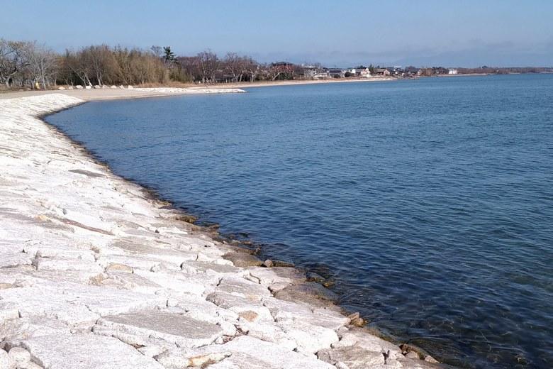 鴨川北岸の、傾斜が緩やかな石積み護岸