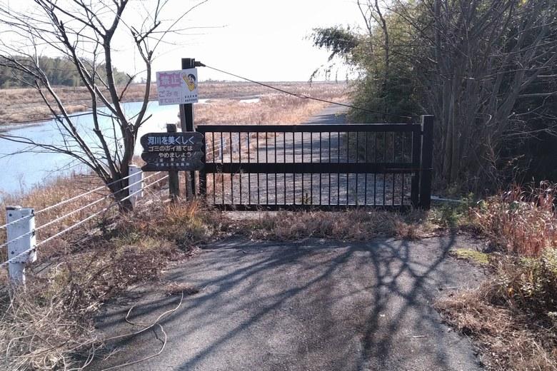 鴨川西岸の通路の封鎖扉