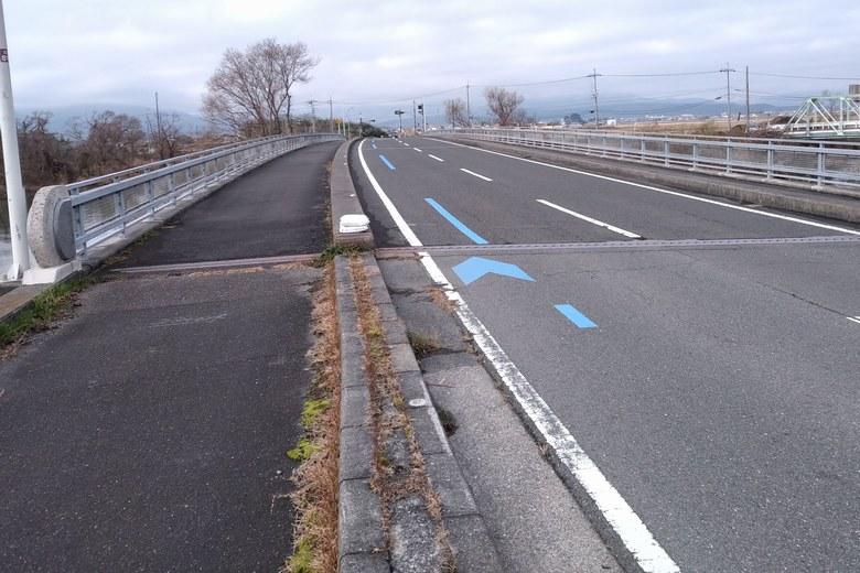 新金丸橋と県道304号線