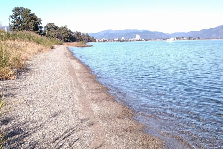 木津浜の砂利浜と北の岸辺