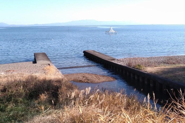 木津浜の北の水路の流れ込みと取水塔
