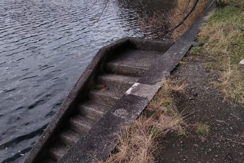 黒土崎の北側ワンドにある階段