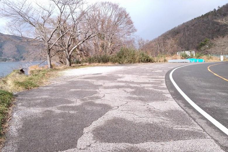 黒土崎の北の岬にある道路わきの駐車スペース