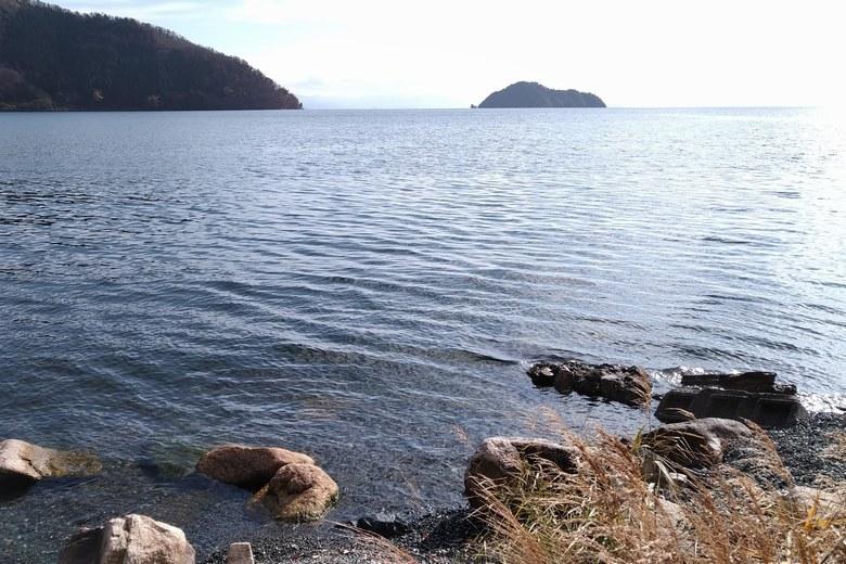 黒土崎の南側から見える竹生島
