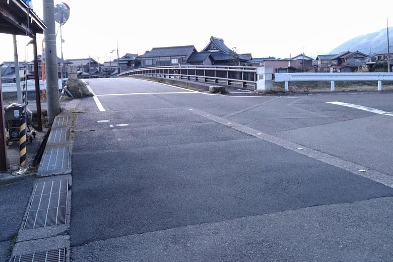 百瀬川の河口近くの道路
