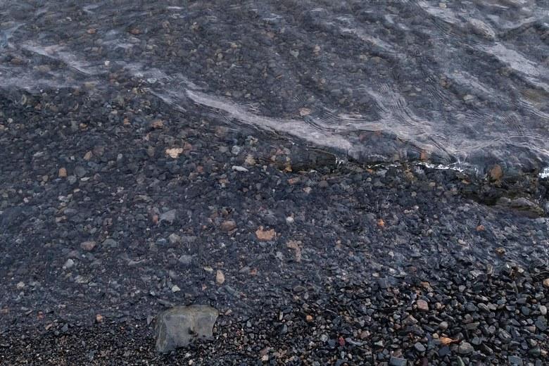 二本松の砂利浜の底