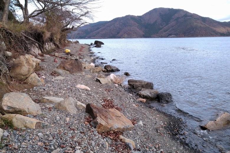 二本松の岸辺 砂利浜と岩