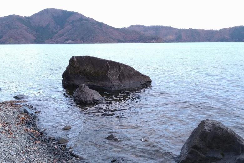二本松の岸辺にある大きい岩