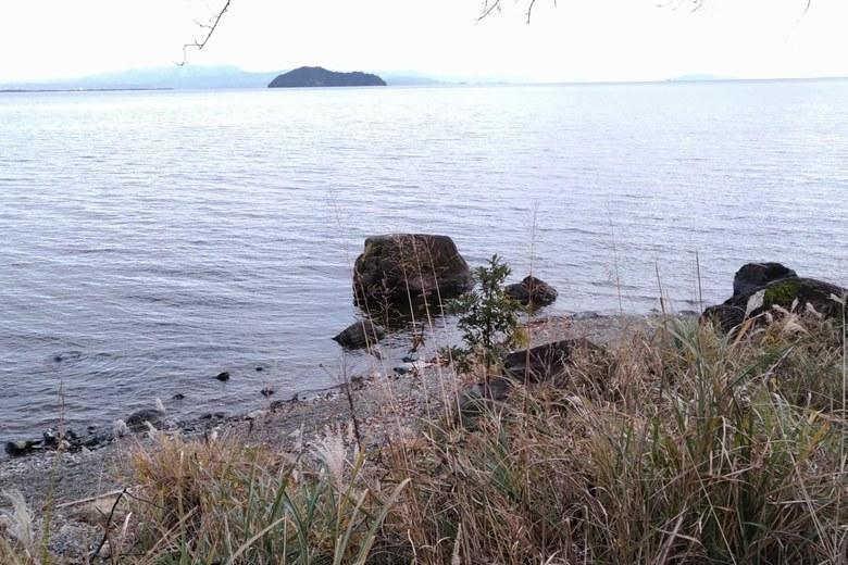 県道557号線から見た二本松の岸辺とトウフ岩
