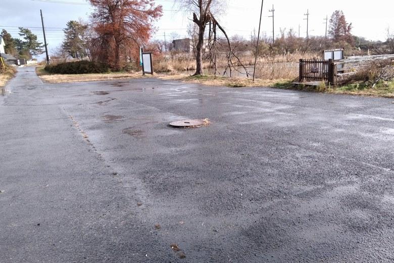 北側の貫川内湖にある駐車場