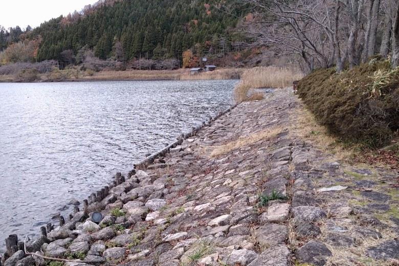 奥出湾の北東の石積み護岸