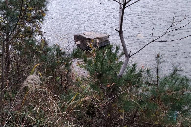 奥出湾の東にあるトウフ岩