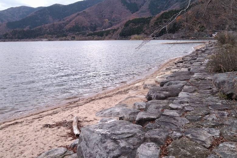 大浦の砂浜と石積み護岸