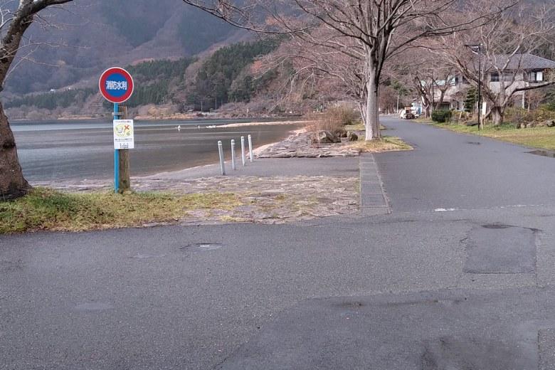 大浦の砂浜前の道路
