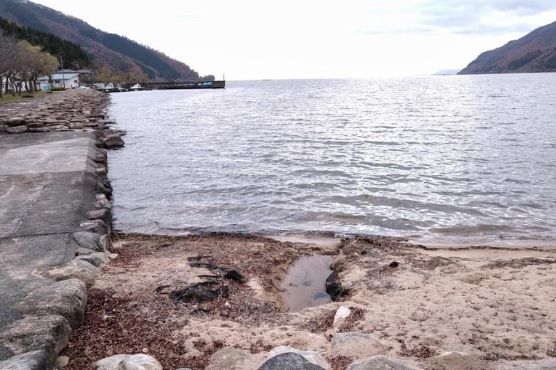 大浦の砂浜と石積み護岸の角