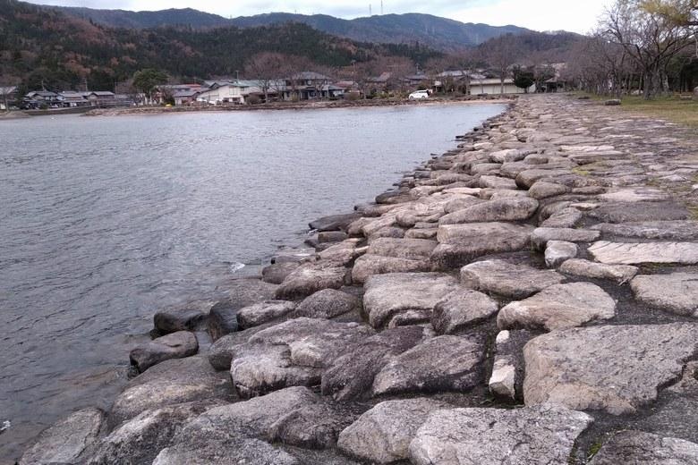 湖岸緑地大浦園地前の石積み護岸