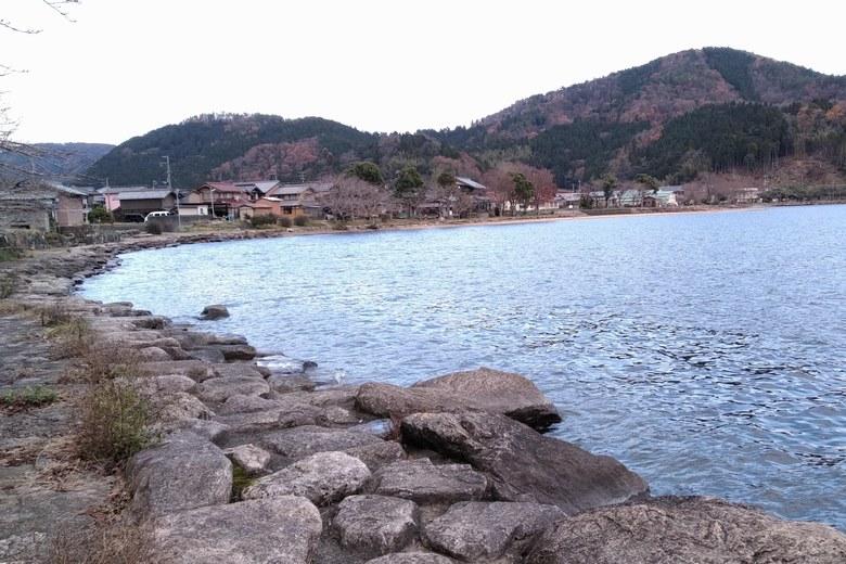 大浦三位の北側の石積み護岸