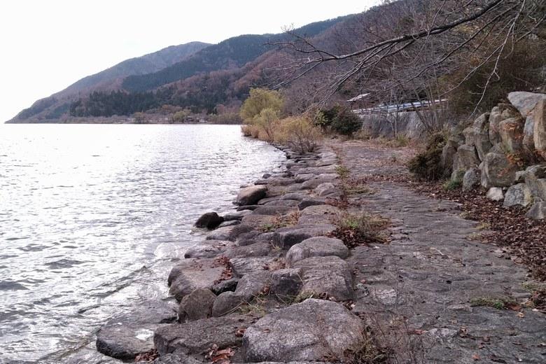 大浦三位の南側の石積み護岸