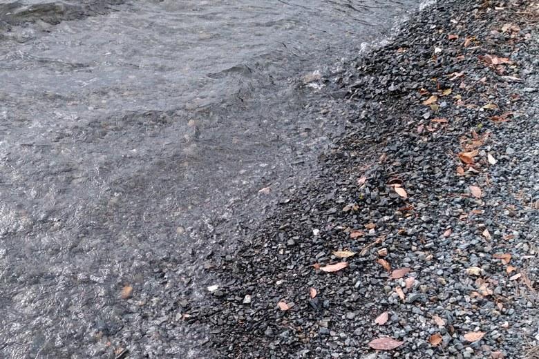 菅浦の砂利の底