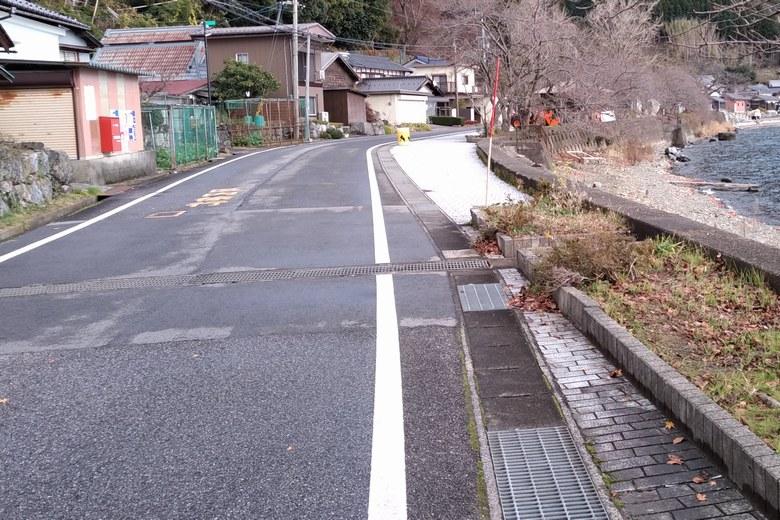 菅浦の道路と駐車スペース