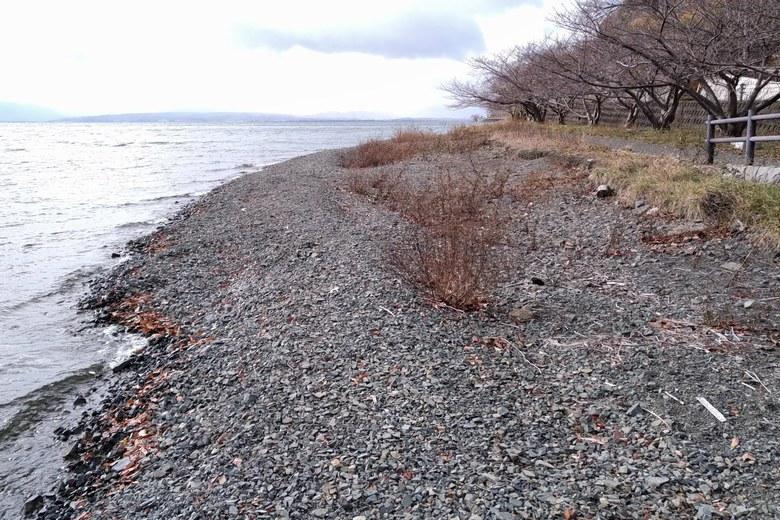 菅浦の小石が多い岸辺